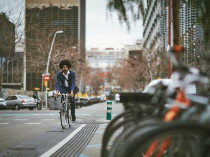 homem a andar de bicicleta a simbolizar mobilidade urbana