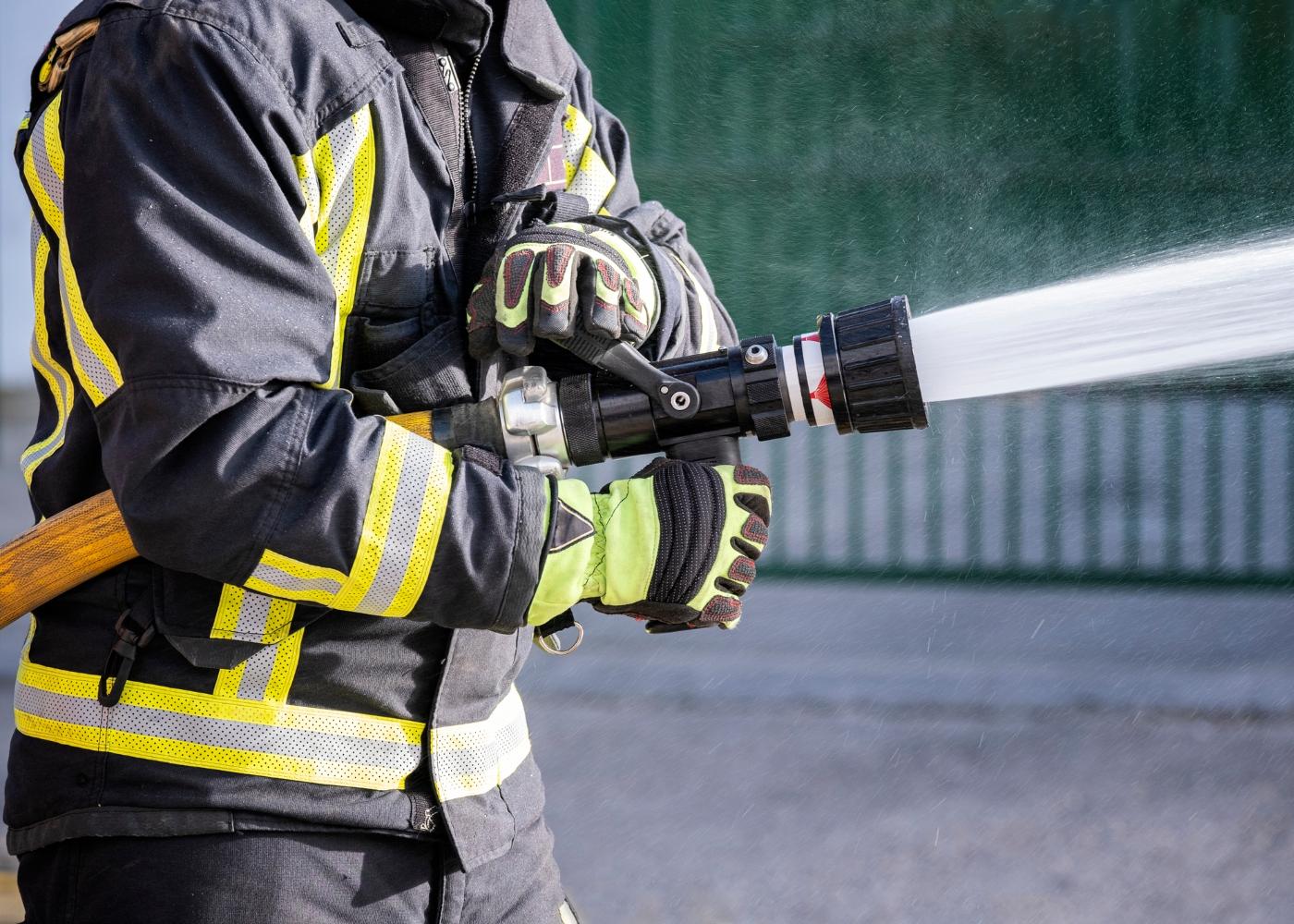 bombeiro sapador com mangueira
