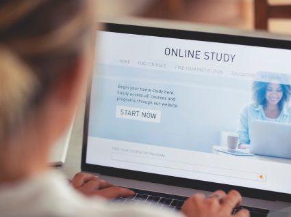pessoa a iniciar formação online