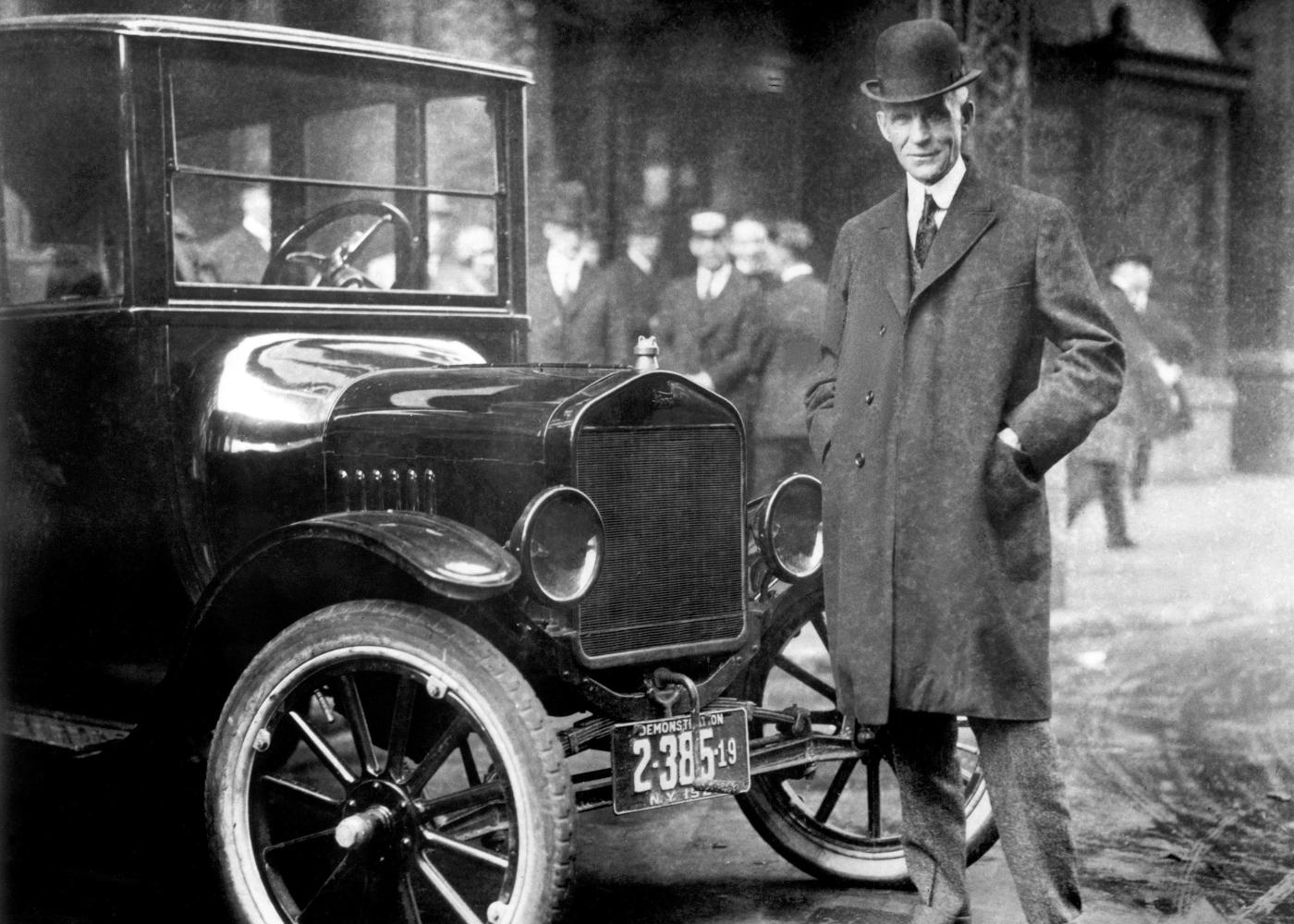 Henry Ford ao lado do Model T, um marco da história do automóvel