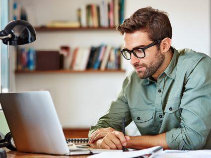 Homem a preencher os Censos 2021 através da internet