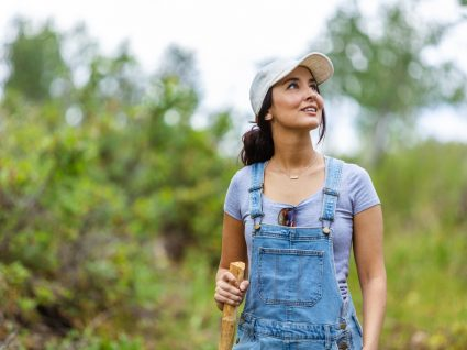 Mulher com jardineiras