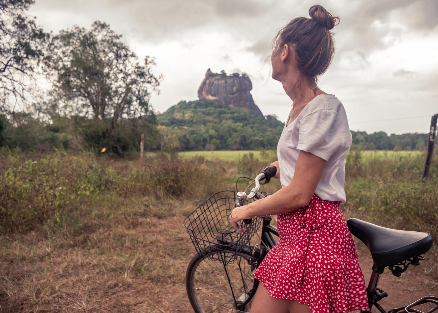jovem a apreciar a natureza de bicicleta