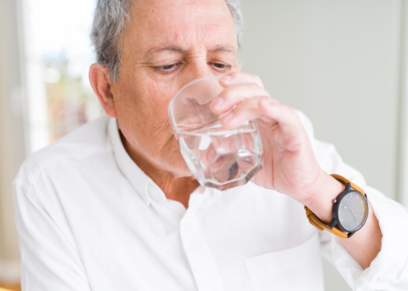 Homem a beber água