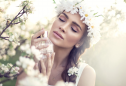 jovem a experimentar perfumes para a primavera