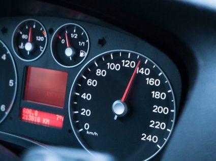 velocímetro com ponteiro nos 140 km em carro com velocidade limitada