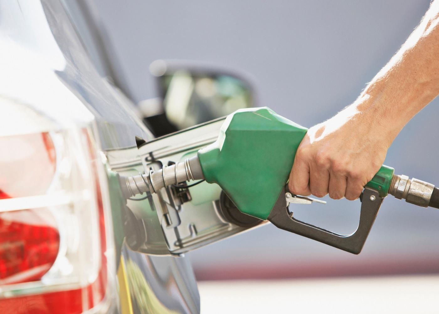 Homem a abastecer depósito com gasolina