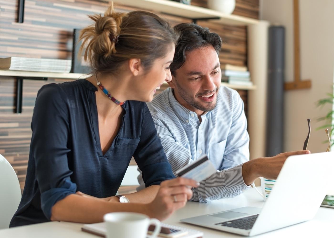 Casal a analisar propostas de crédito