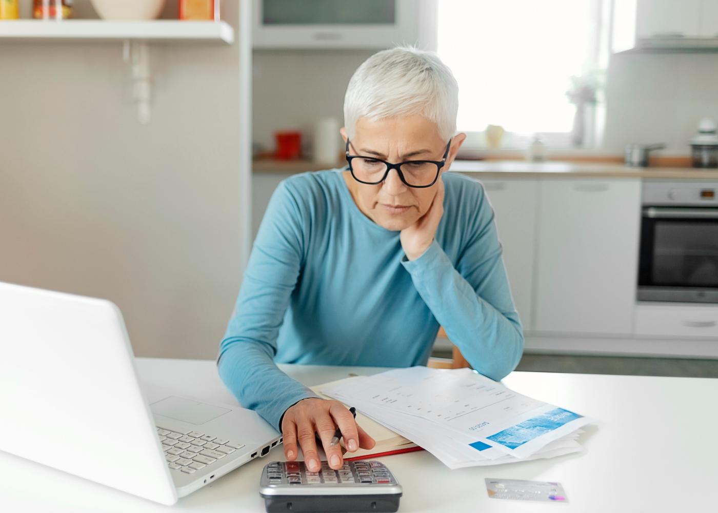Mulher a fazer contas ao valor da futura pensão de velhice