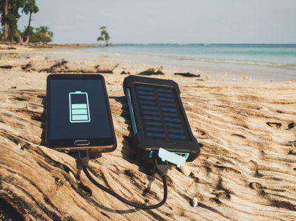carregadores de telemóvel a energia solar na praia