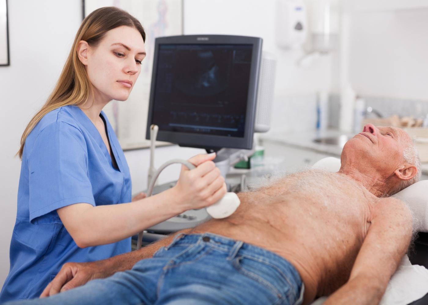 homem a fazer ecografia abdominal