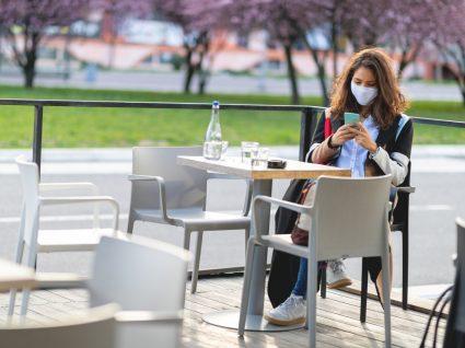 Mulher a tomar café numa esplanada