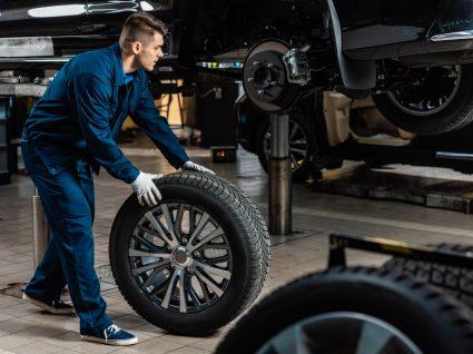 mecânico a colocar pneus sustentáveis num carro