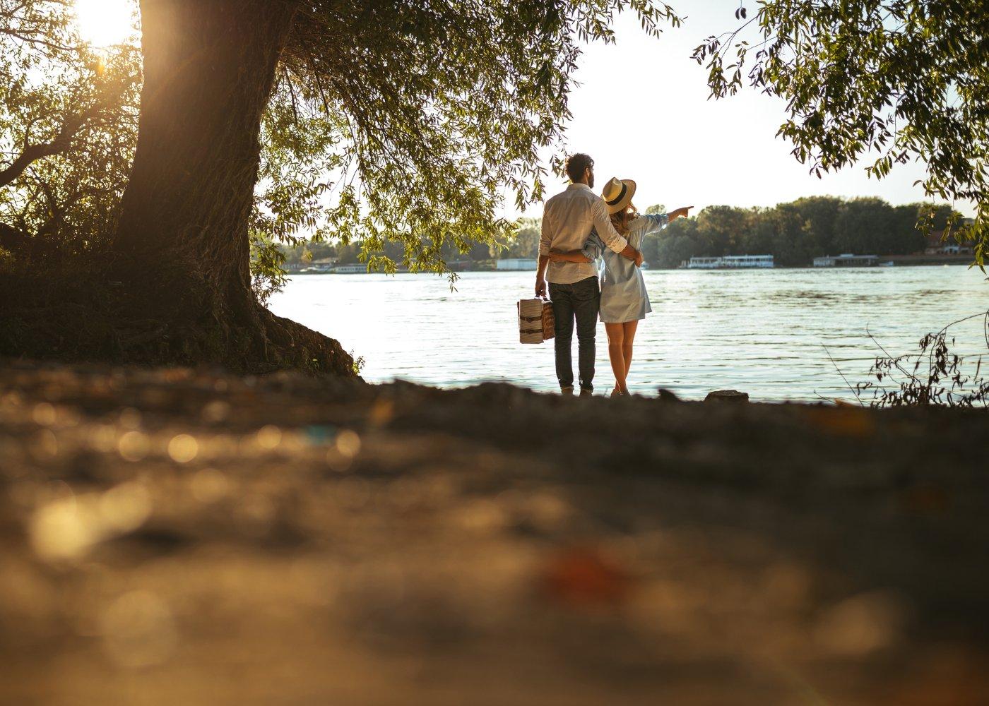 Casal em praia fluvial