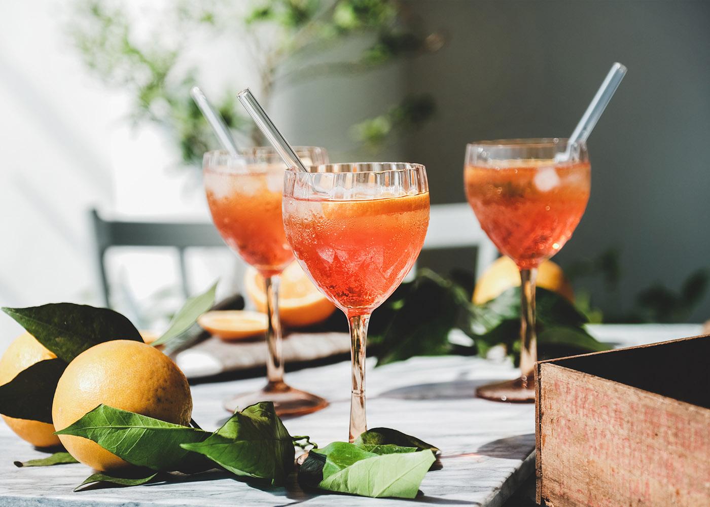 cocktail com espumante em copo alto