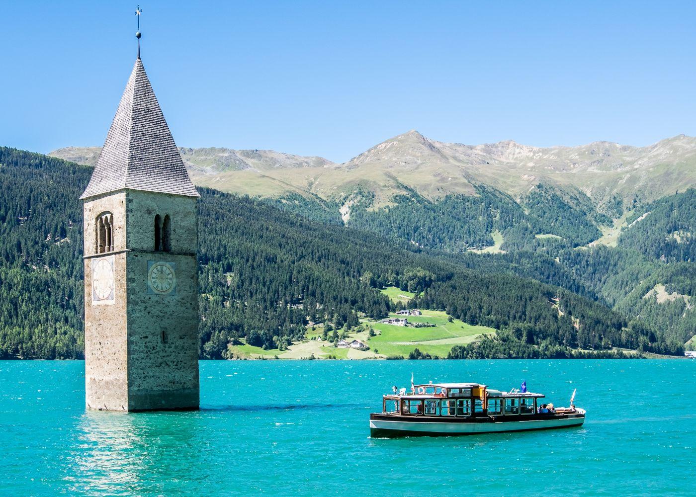 vista sobre torre no lago resia