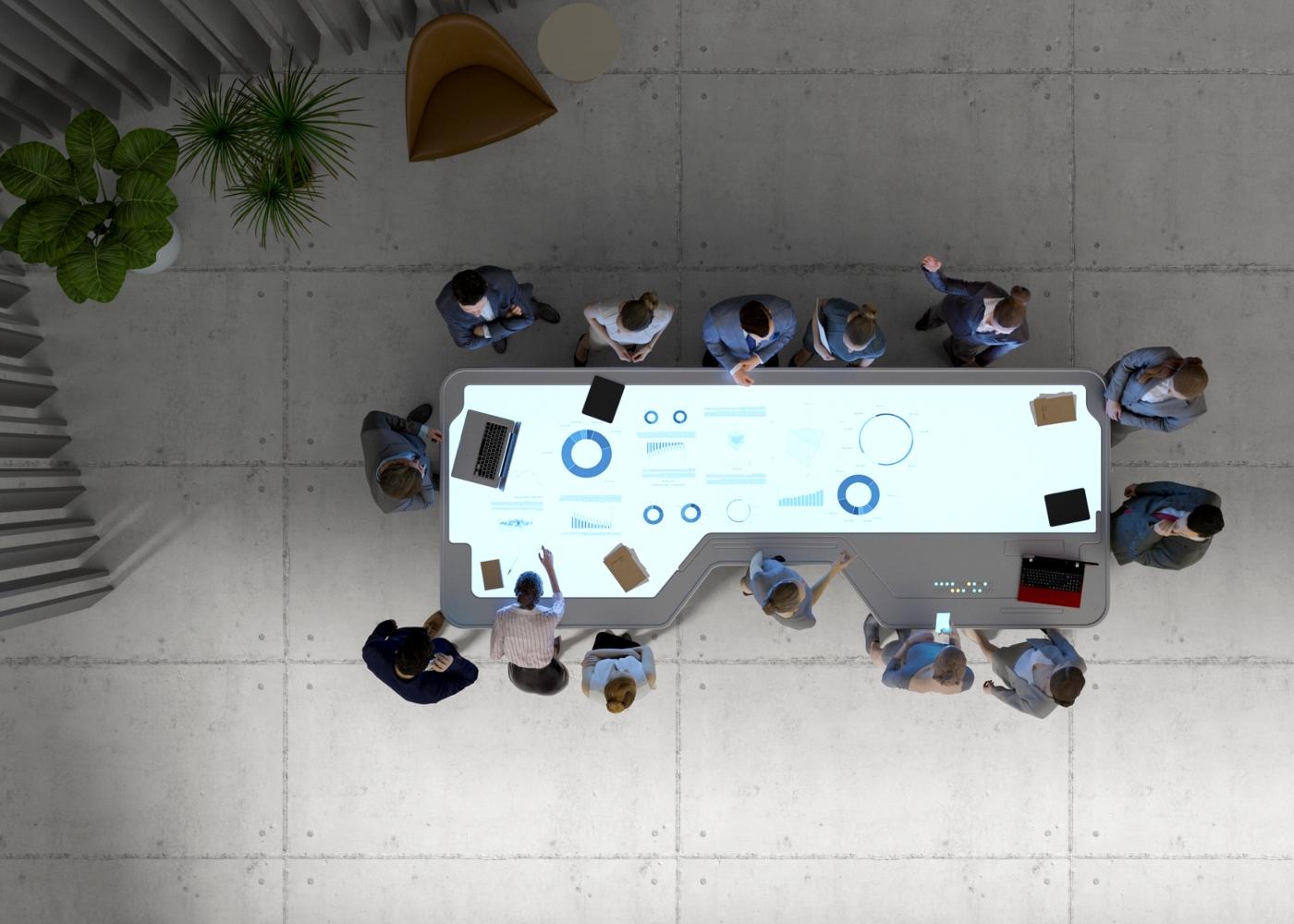 Pessoas a trabalhar numa mesa digital