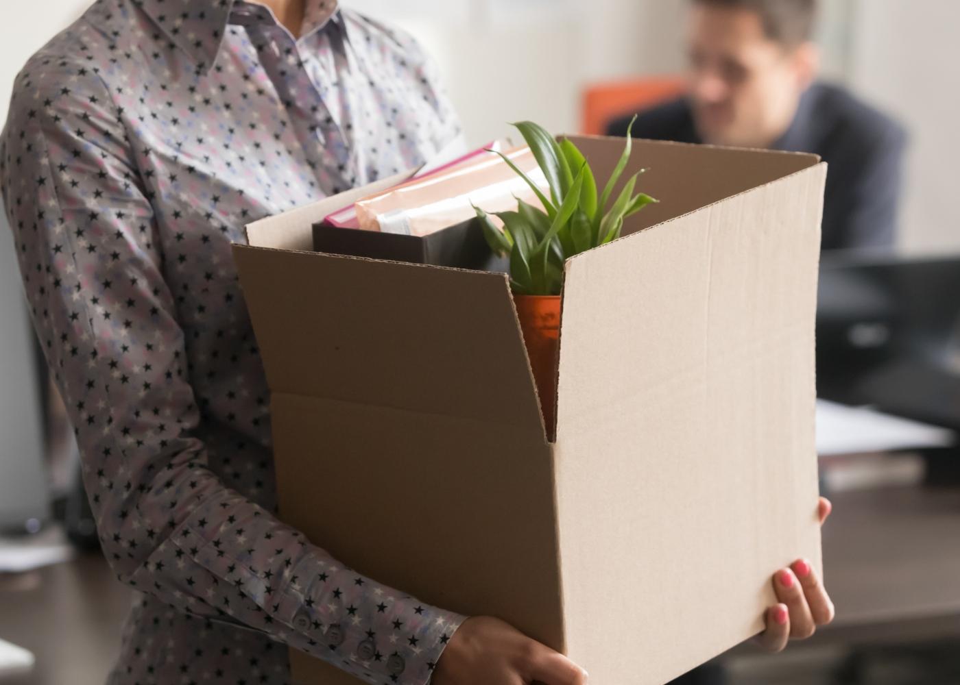 Mulher a empacotar pertences depois de ter sido despedida