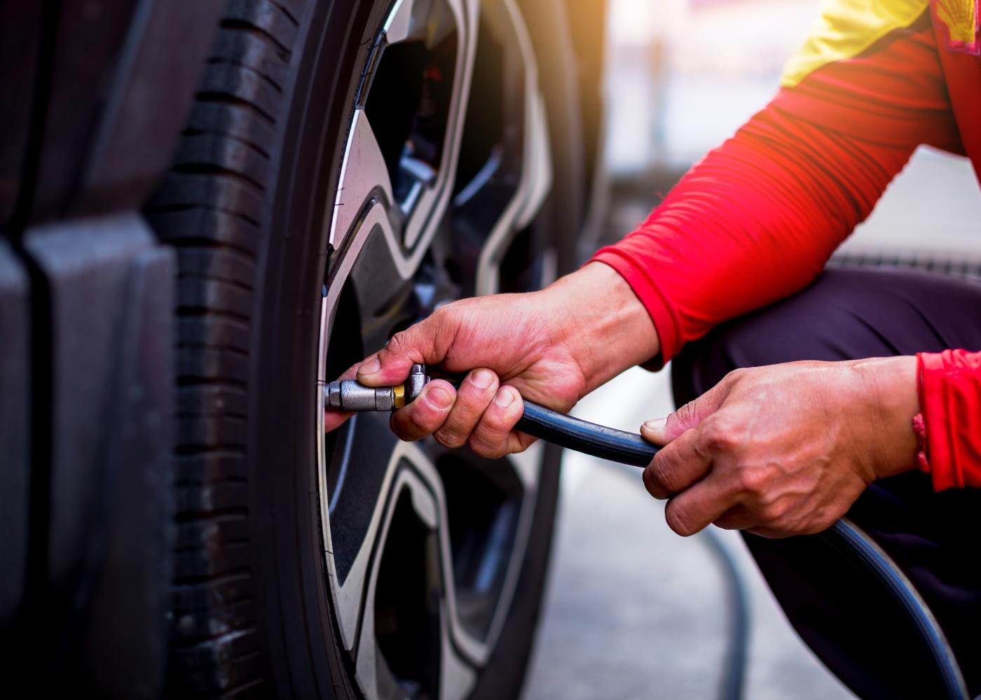 Calibrar e encher pneus
