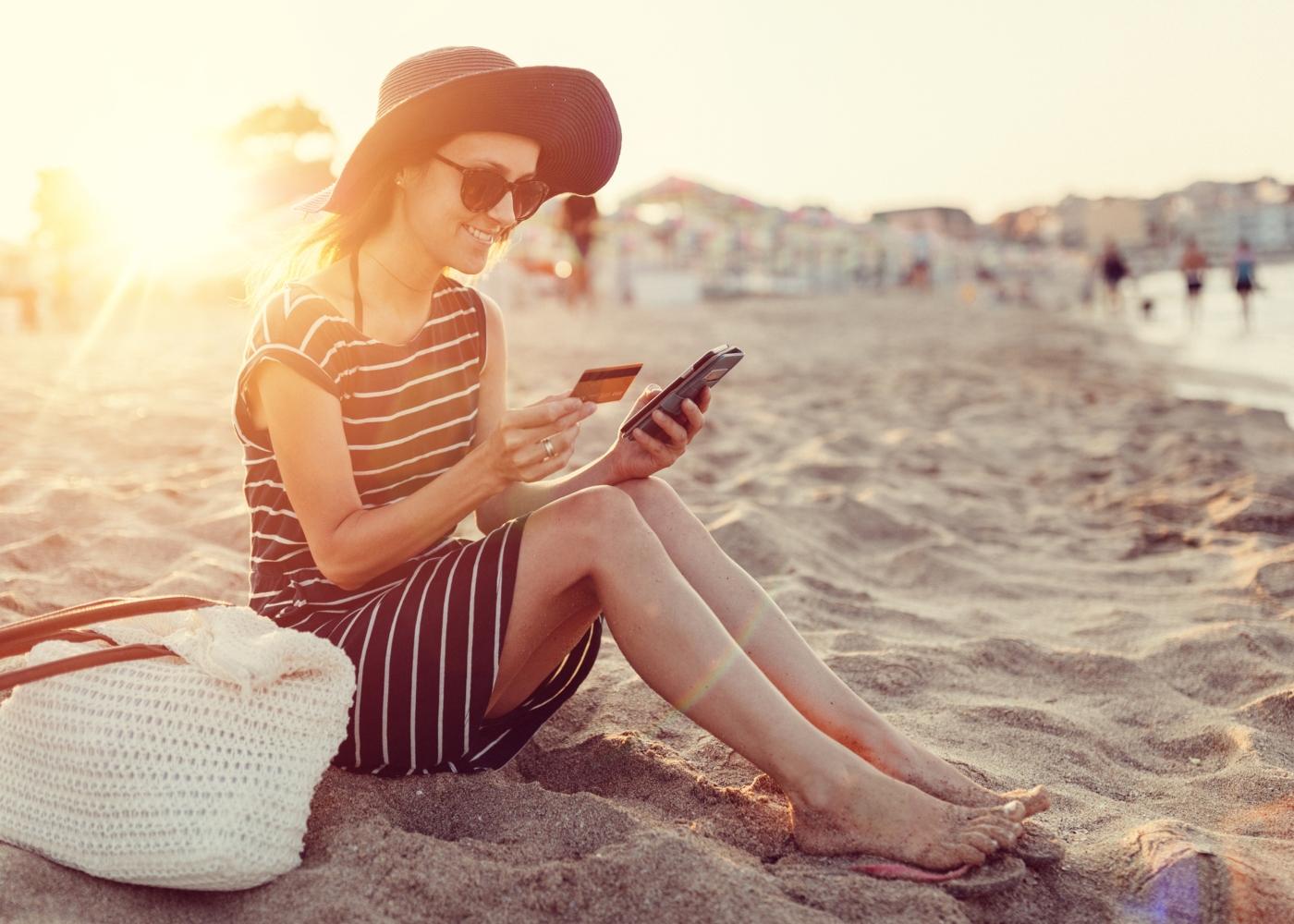 Mulher a fazer compras online na praia