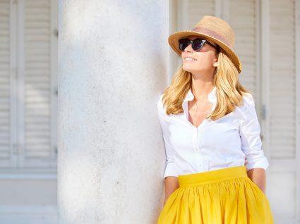 Mulher com óculos de sol baratos