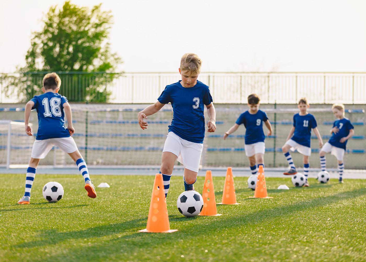 rapazes jogar futebol