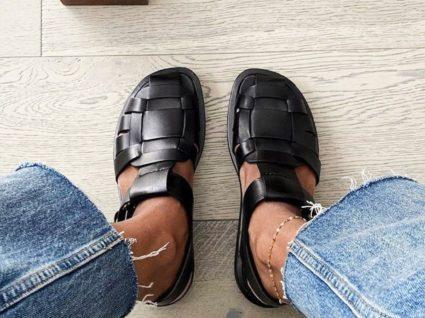 Mulher com sandálias à pescador