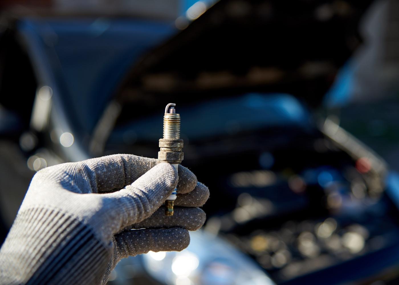 mecânico a mudar as velas do carro