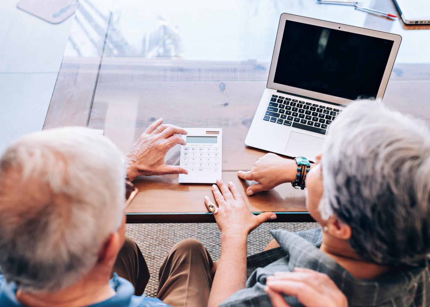 Casal de idosos a calcular pensão mais CES