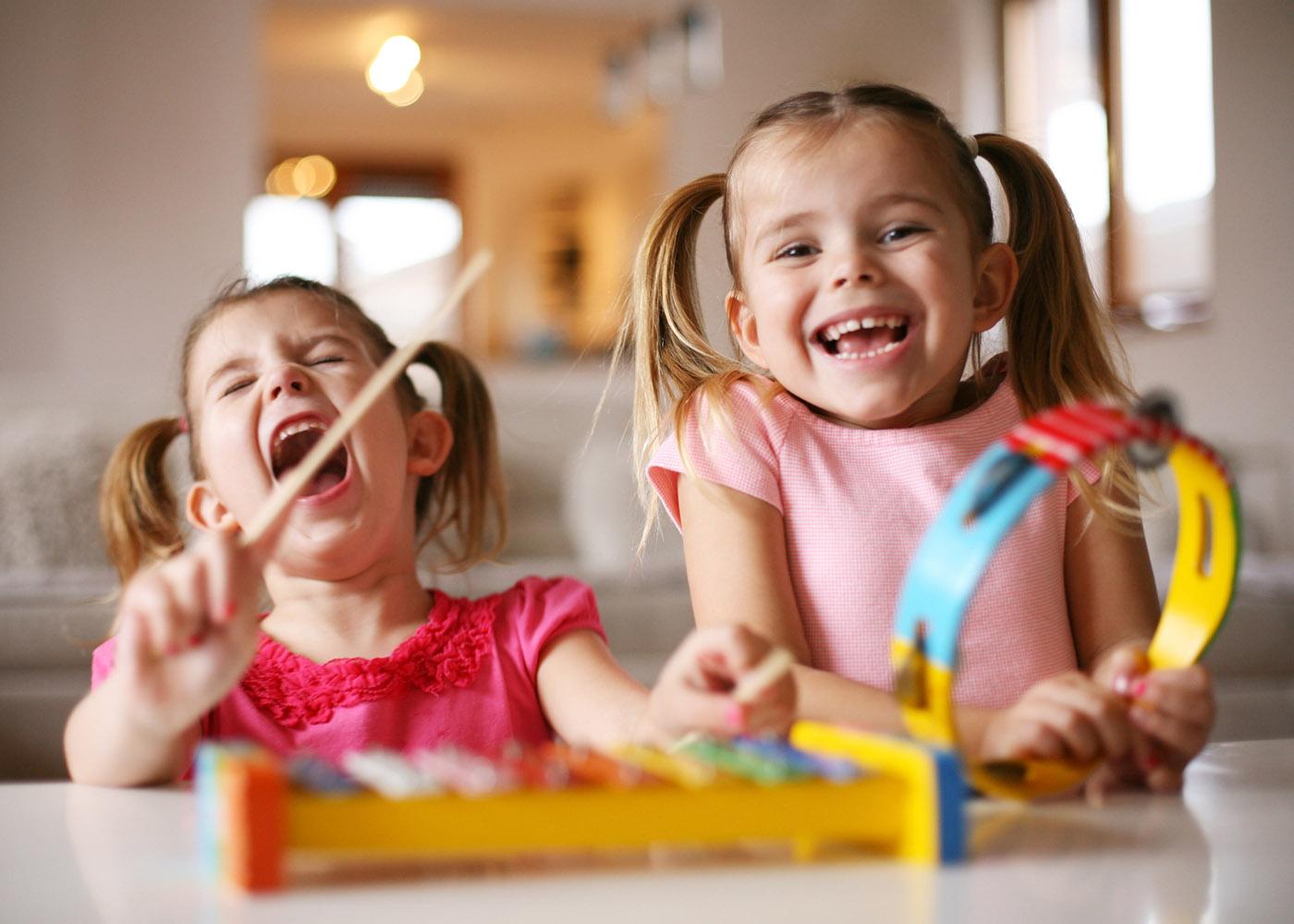 crianças felizes música