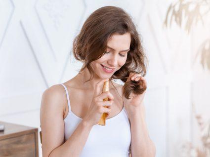 mulher a hidratar o cabelo