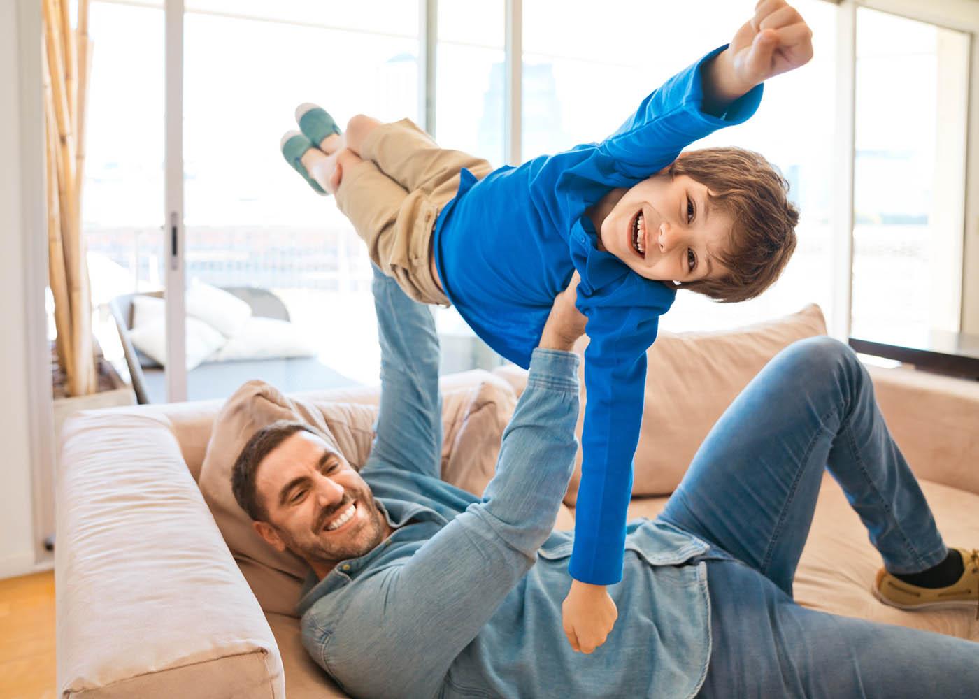 pai a brincar com o filho