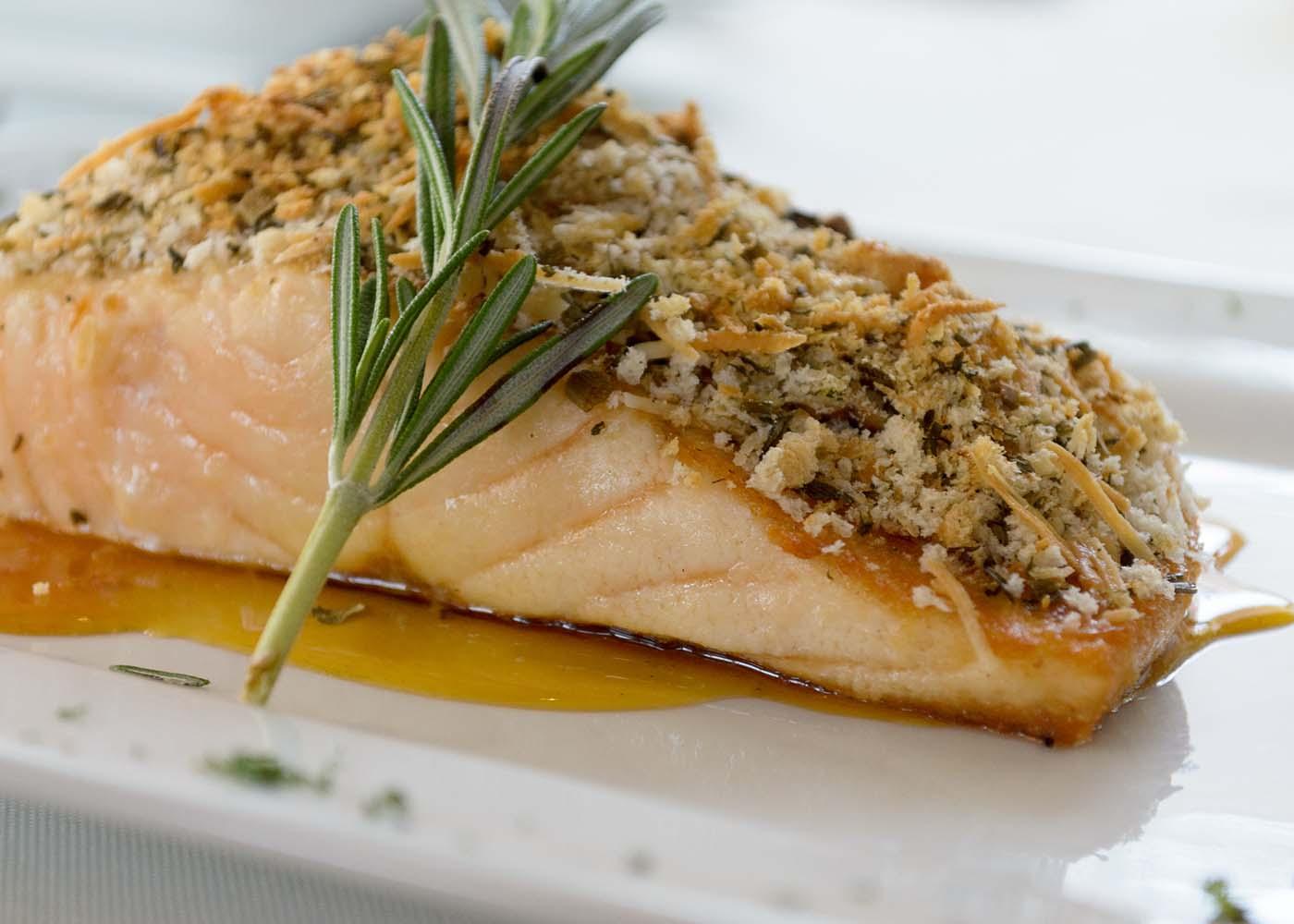 Receita de salmão grelhado com crosta de castanhas e alcaparras