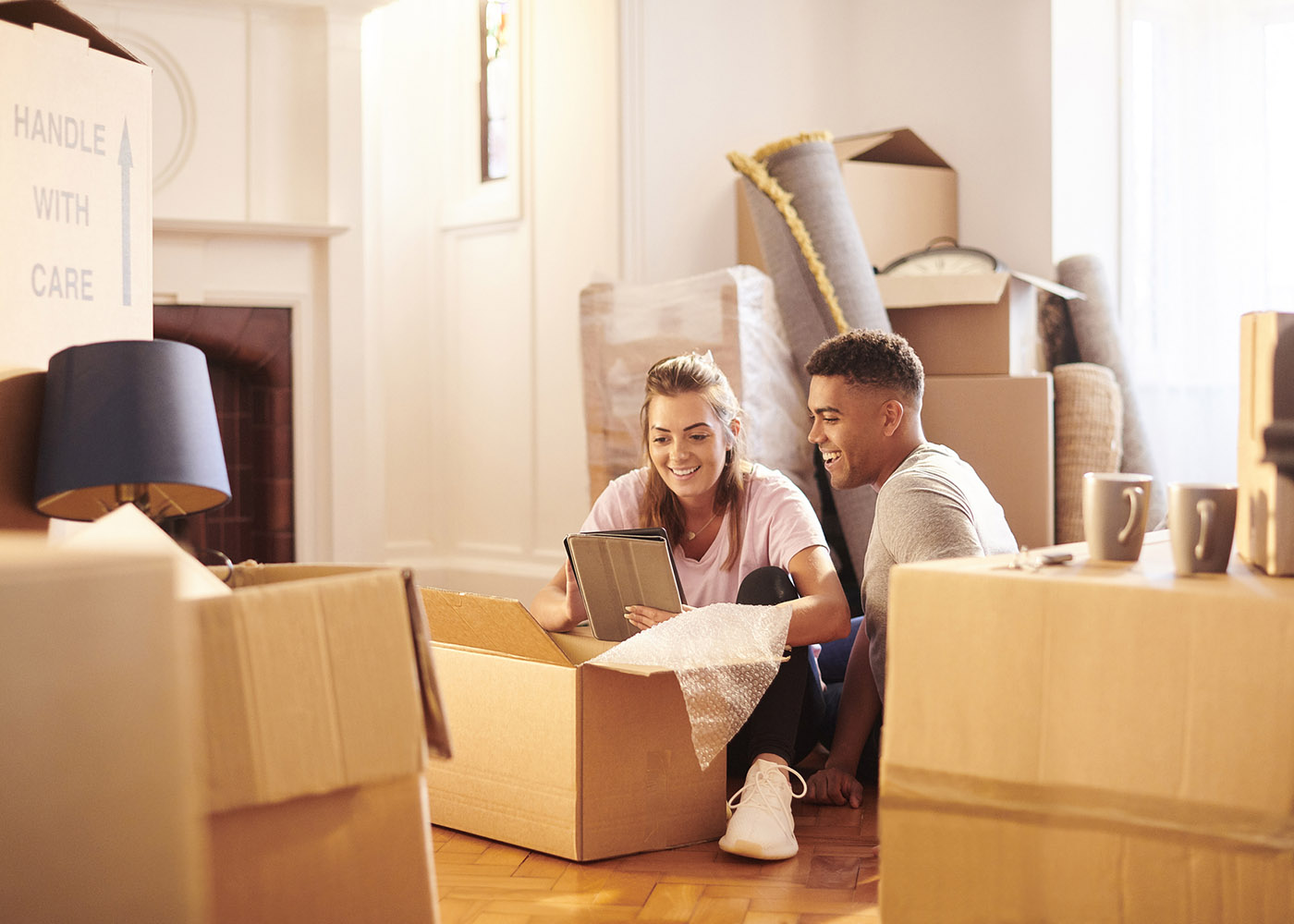 jovem casal mudar de casa