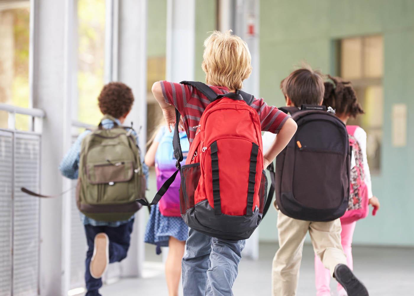 jovens mochila escola