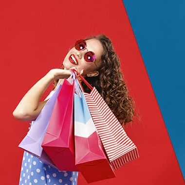 mulher com sacos de compras depois de ir aos saldos