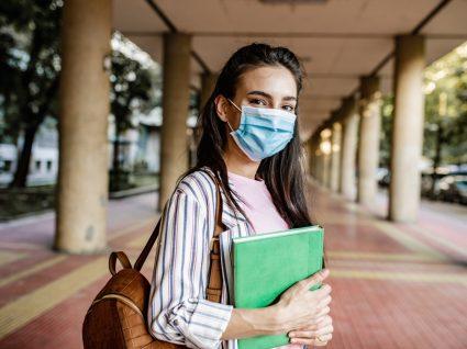 jovem-estudante-com-mascara