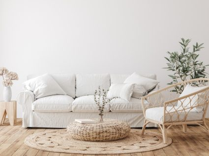 como limpar sofá branco para uma sala sempre luminosa