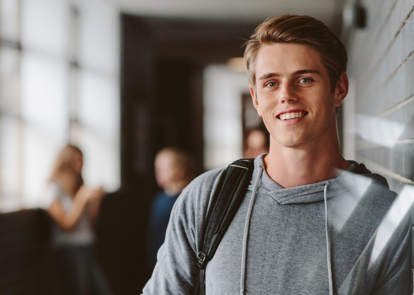 estudante com mochila às costas